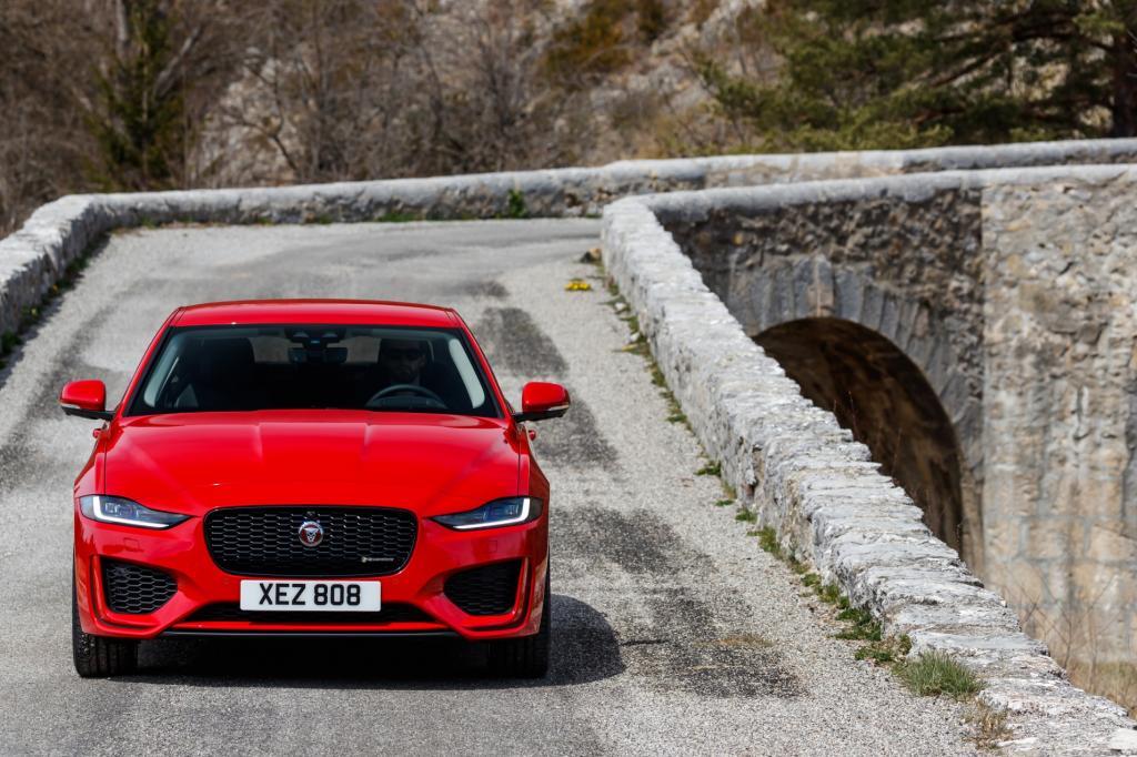 Wat is er opvallend aan de vernieuwde Jaguar XE?