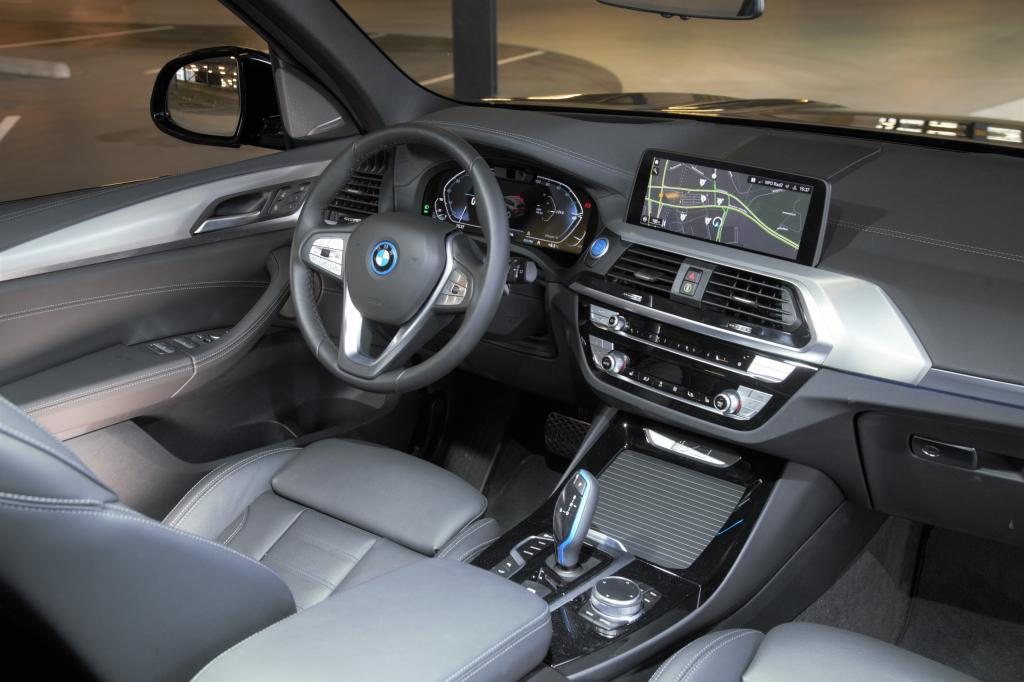 De elektrische BMW iX3 in 5 vragen: waarom hij 20.000 euro duurder is dan een Volkswagen ID.4 ...