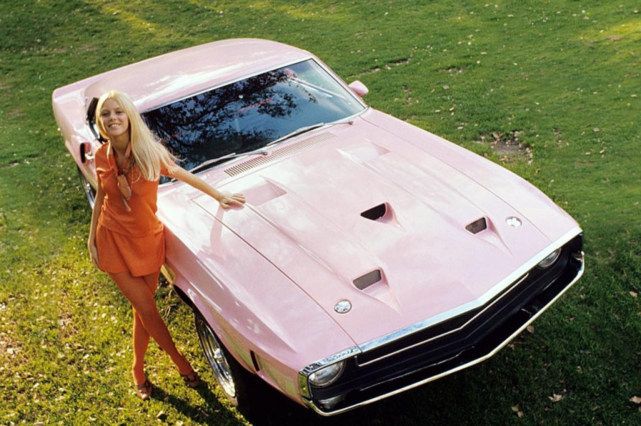 Top 10: Playboy Playmates en hun roze sportwagens