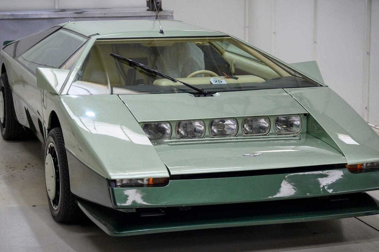 Deze veertigjarige Aston Martin Bulldog moet straks 322 km/h kunnen halen