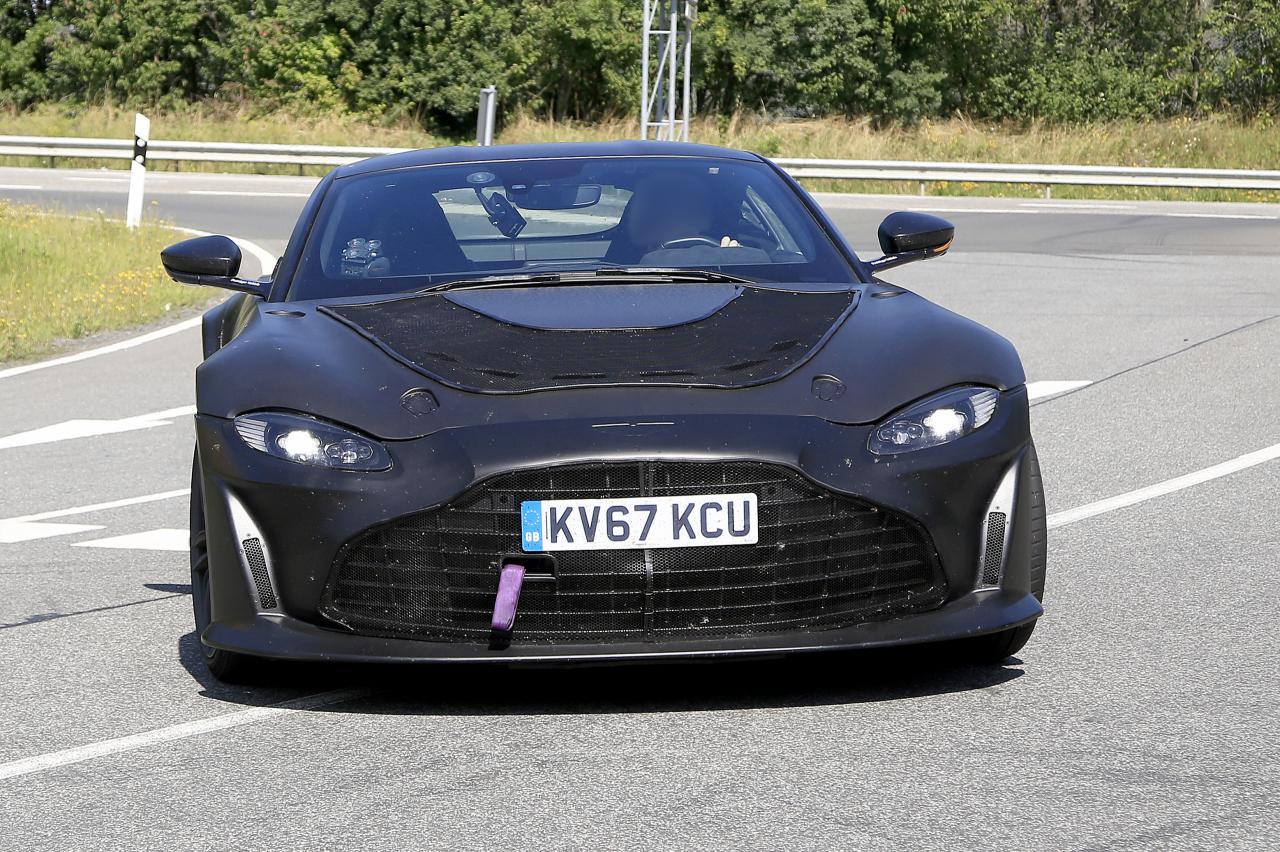 Aston Martin Vantage met V12 steekt zijn tong naar jullie uit