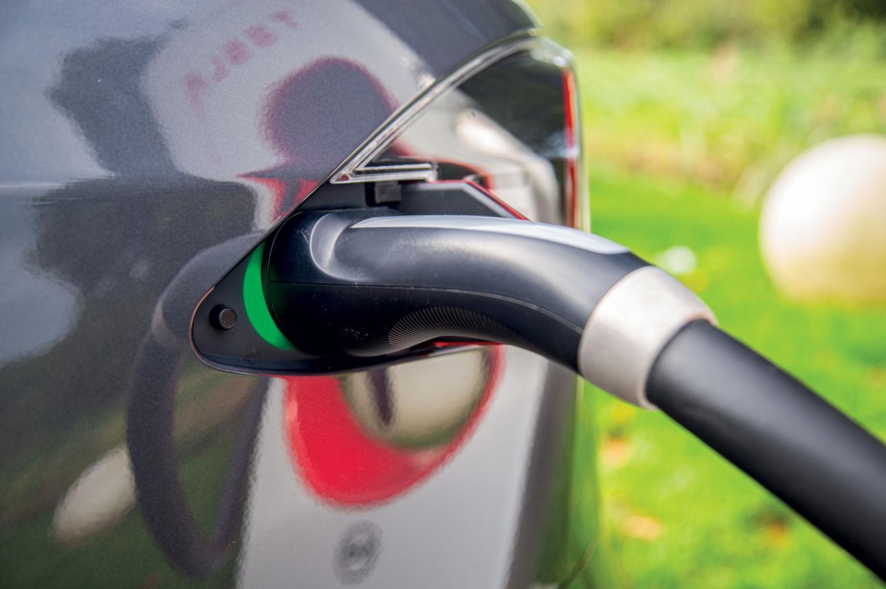 Elektrische rijders, pas op! Dieven stelen massaal laadkabels, vooral van Tesla