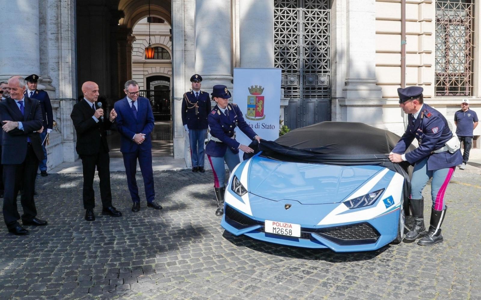 Italiaanse politie-Lamborghini brengt donornier in recordtijd naar ziekenhuis