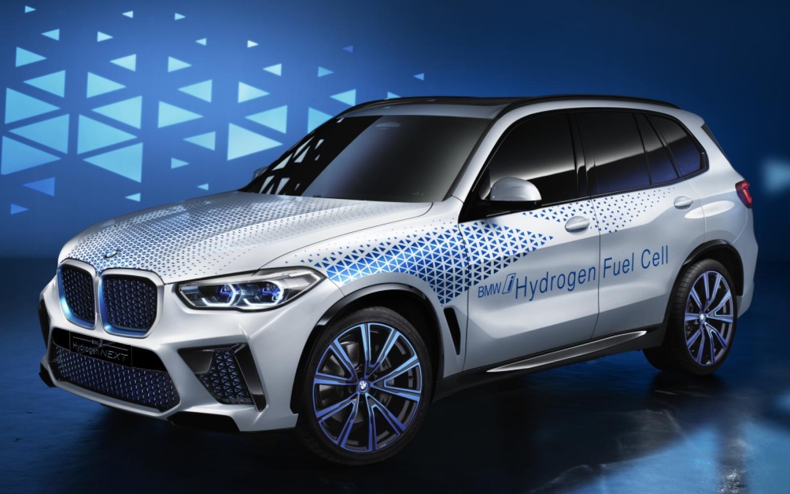 BMW i Hydrogen NEXT ademt alleen maar waterdamp uit
