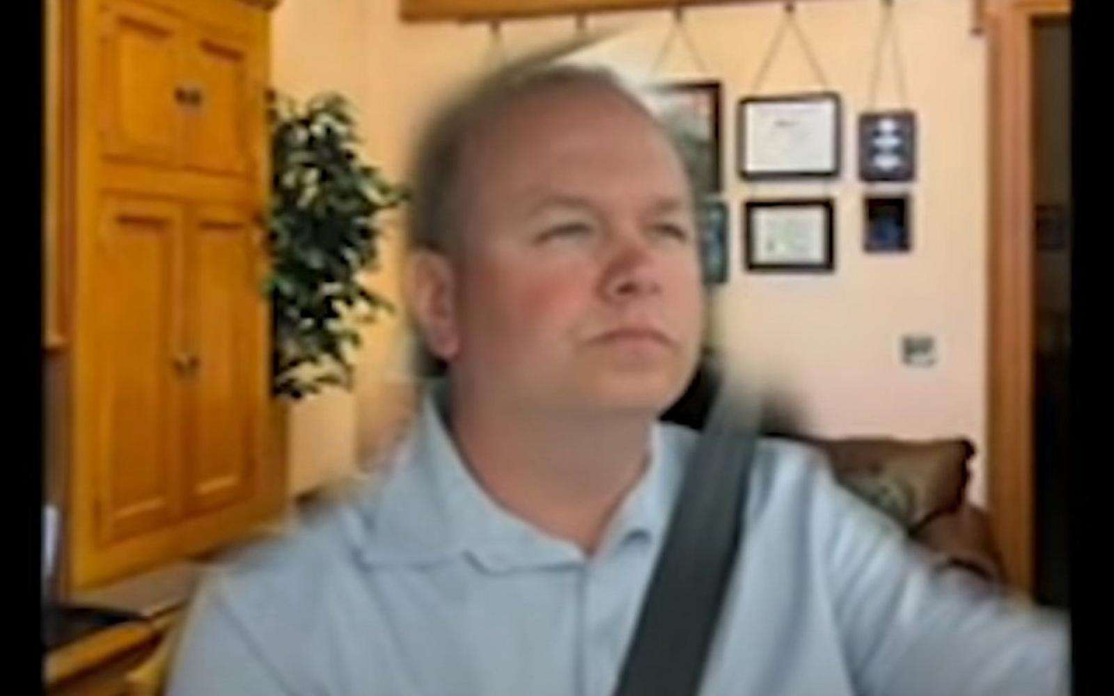 Politicus die verbod op bellen achter het stuur steunt, rijdt auto tijdens Zoom-vergadering