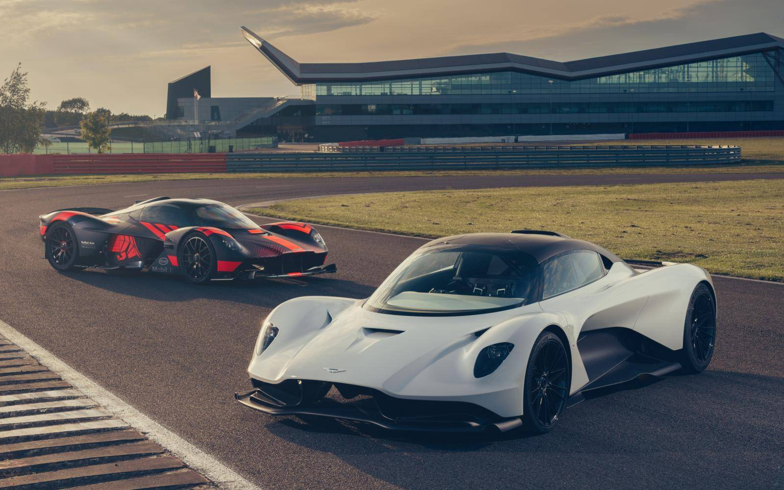 Waarom Geely aast op een aandeel in Aston Martin