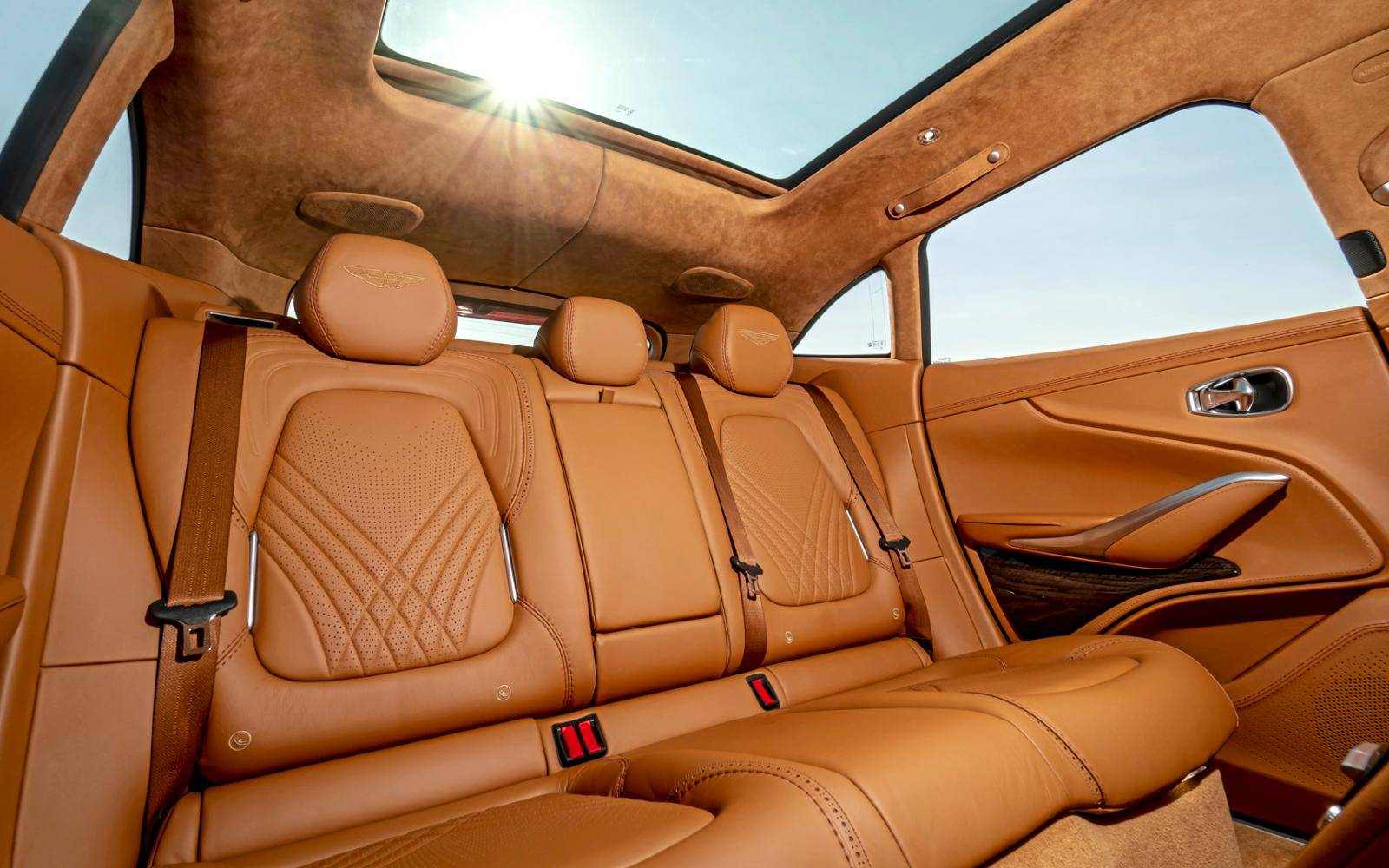 TEST - De chique Aston Martin DBX is 'fashionably late'