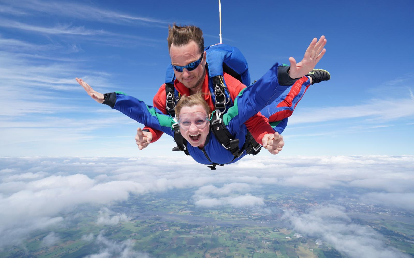 Wie durft? Win bij Auto Review een parachutesprong bij Sky Dive Teuge
