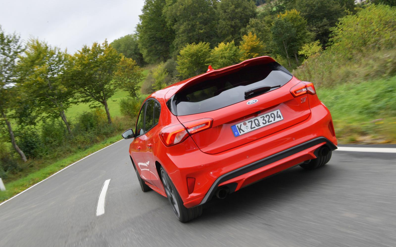 Waarom de Ford Focus ST een betere hot hatch is dan de Volkswagen Golf GTI