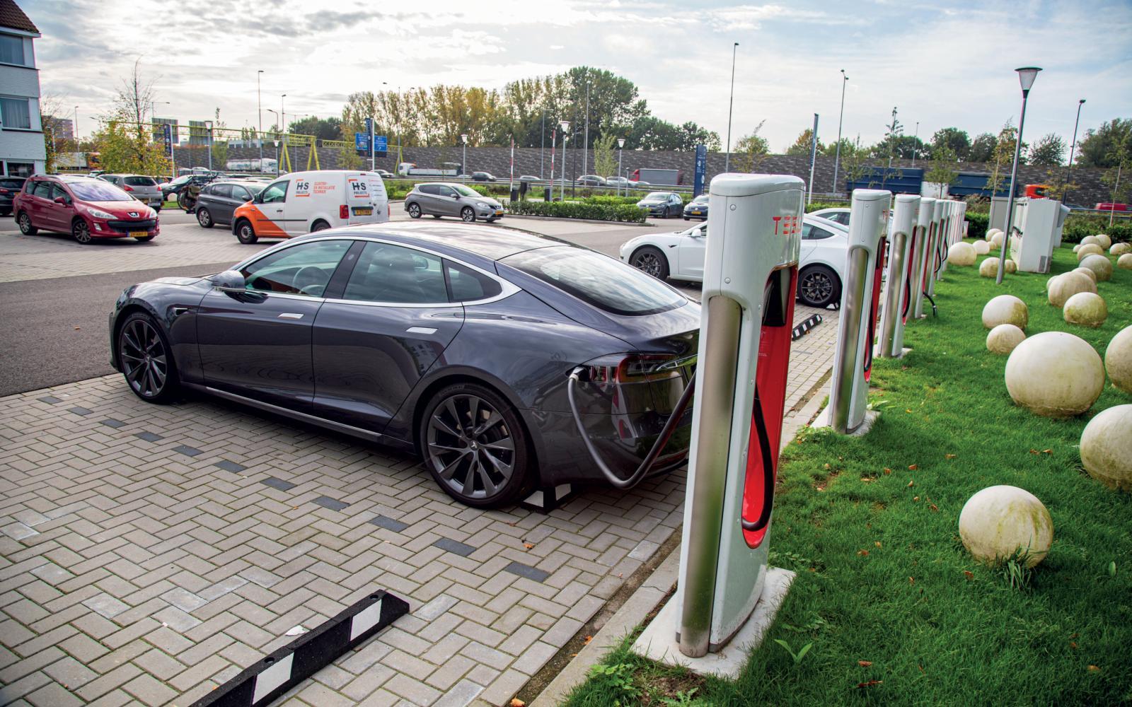 Met de elektrische auto naar de wintersport? Hoed je voor Zwarte Zaterdag