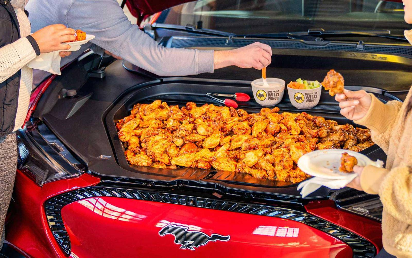 Garnalen, kippenvleugeltjes en bier uit je Ford Mustang Mach-E