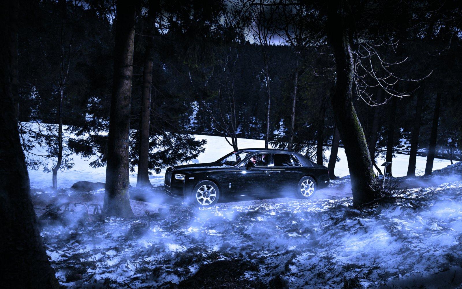 Spoken door het bos met een Rolls-Royce Phantom