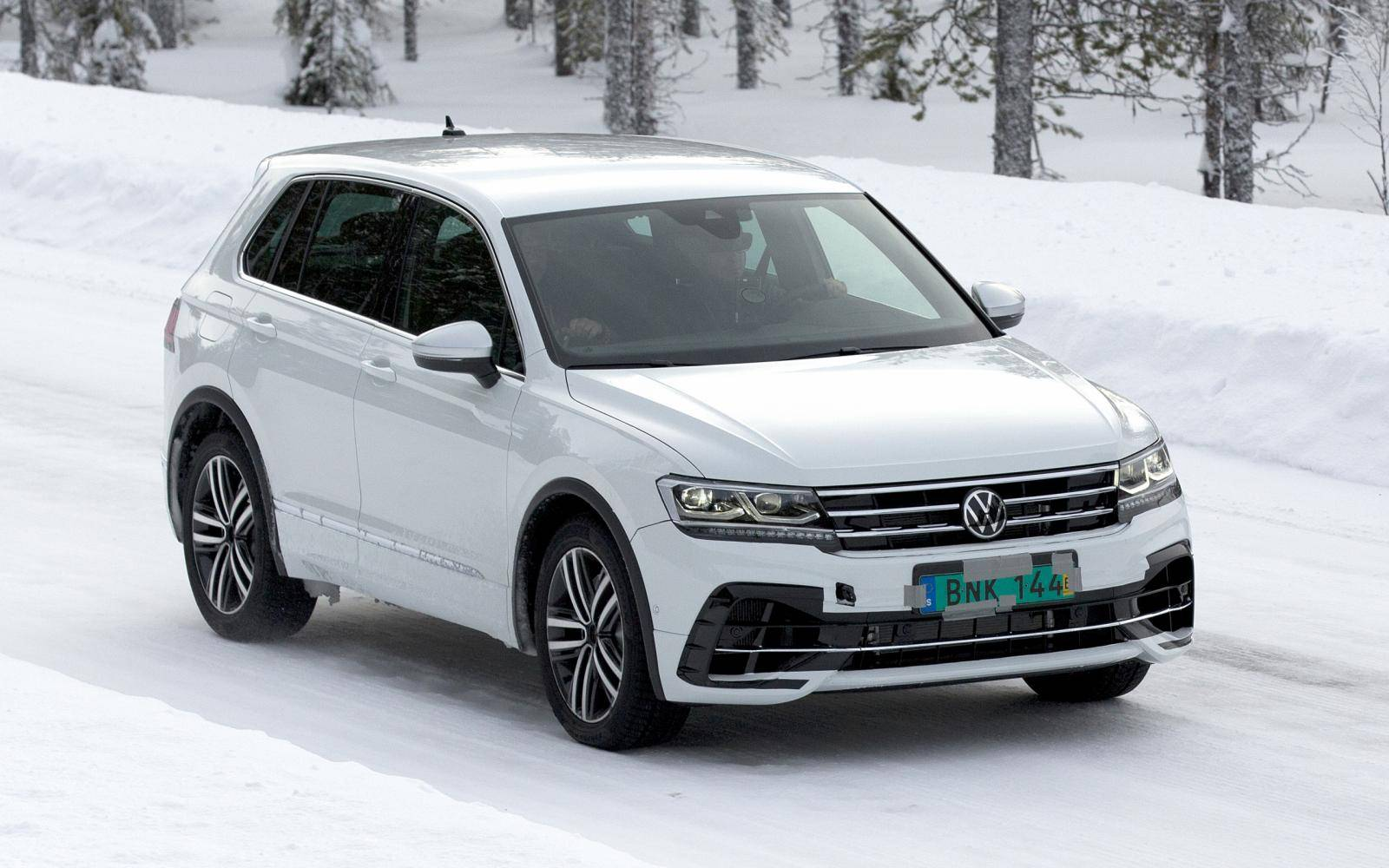 Komt u maaRRR: Volkswagen Tiguan R warmt op in de sneeuw