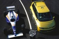 Formule 1 auto in MPV-kostuum