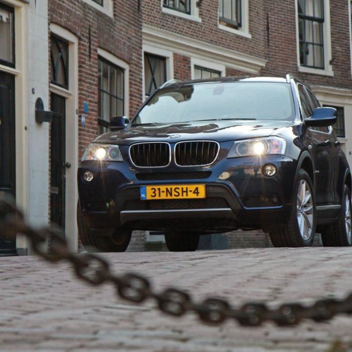 Koop eens wat nieuws! Waarom Nederlanders in zulke oude auto's rijden