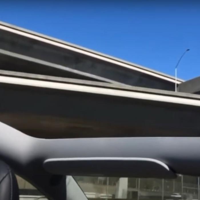 Kwaliteitsproblemen: Tesla verliest glazen dak en zakt door ophanging