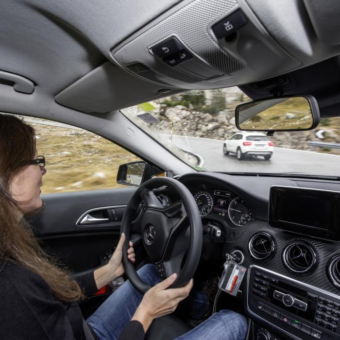 ANWB: 'Winterjas in de auto is levensgevaarlijk bij een ongeluk'