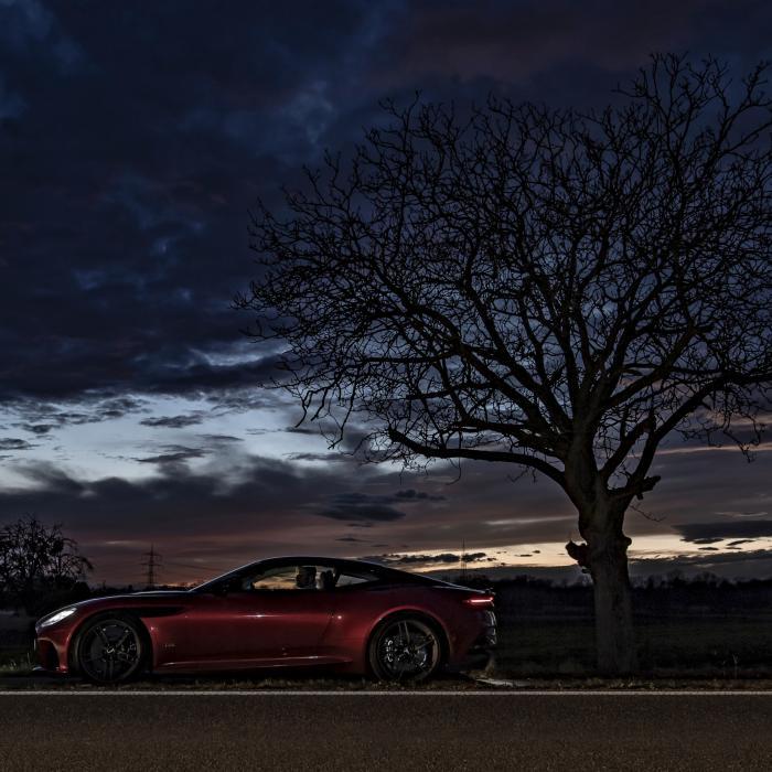 Race tegen de zon in een Aston Martin DBS Superleggera