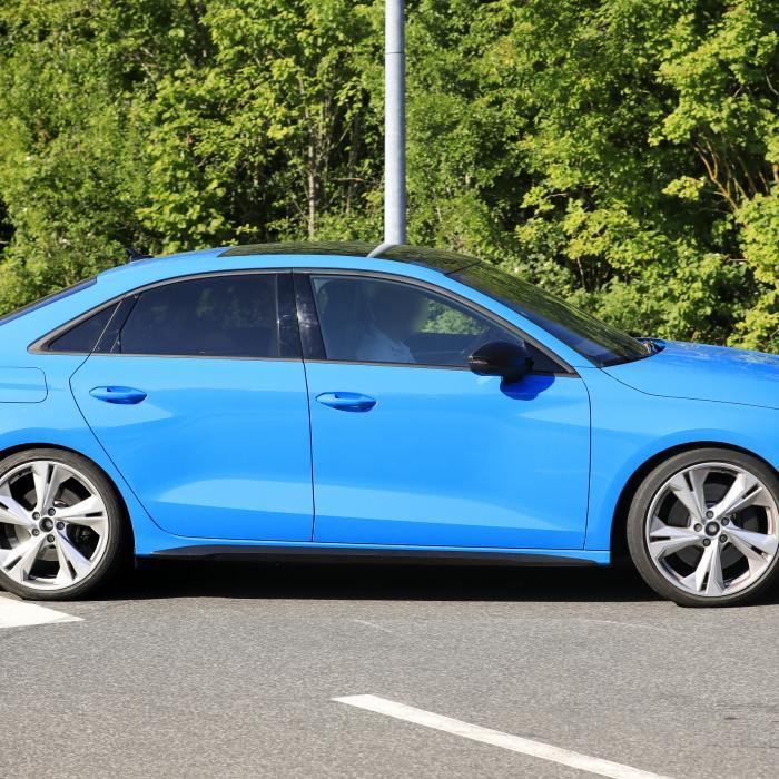 Schaamteloos: dikke Audi's spiernaakt over de Ring