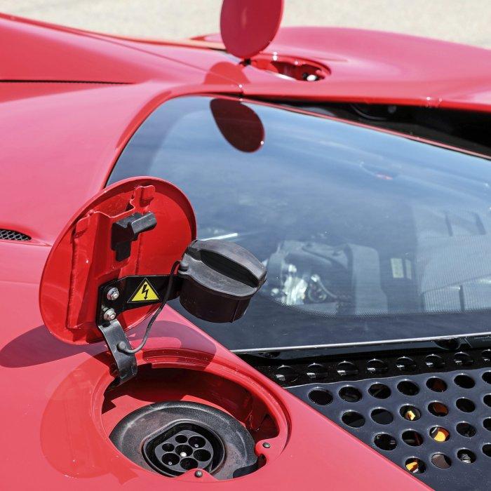 Test Ferrari SF90 Stradale plug-in hybrid: pizza power