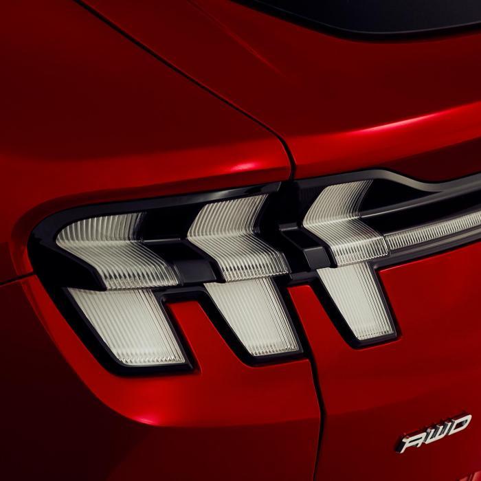 Ford Mustang Mach-E laadt als de brandweer