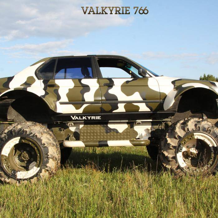 Deze BMW 750i-monstertruck kun je huren!