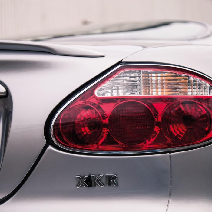 Aston Martin DB7 Vantage - Jaguar XKR: Poepchic, maar niet poenerig