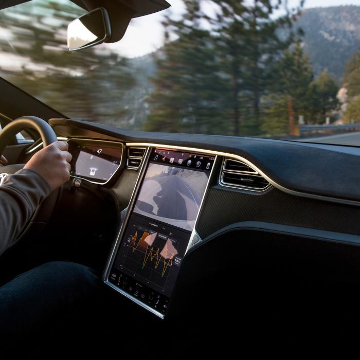 Duitse rechter: 'Bedienen Tesla-touchscreen onderweg is strafbaar'