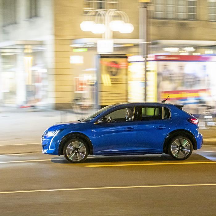 Test Mini Electric en Peugeot e-208: welke EV rijdt het lekkerst?