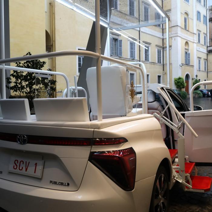 Toyota Mirai: Paus Franciscus rijdt nu op waterstof