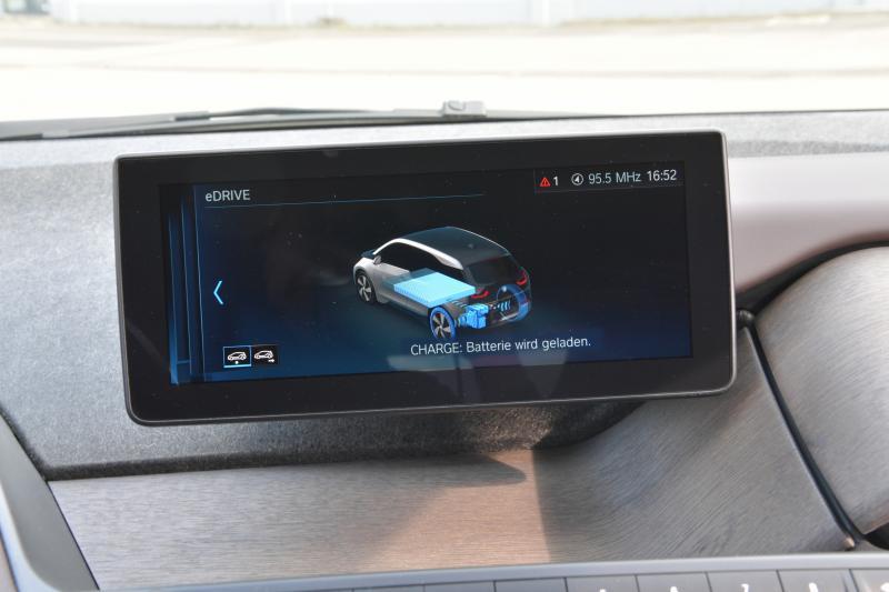 Prueba los coches urbanos eléctricos: el BMW i3 sigue siendo elegante después de 8 años en el mercado