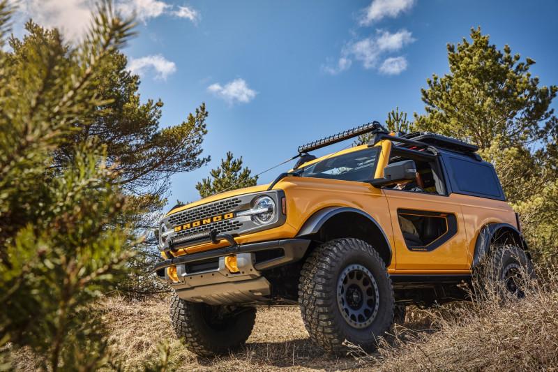 Ford Bronco 'promoot' concurrent Jeep Wrangler op banden