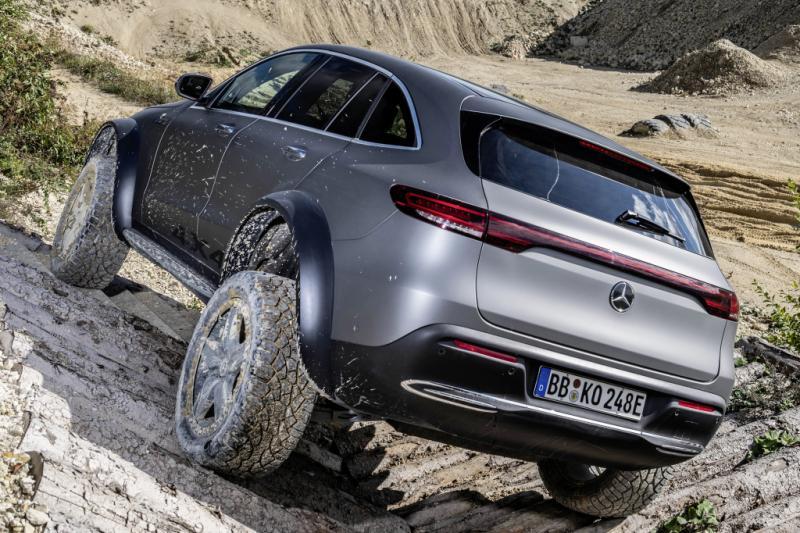 Elektrische Mercedes EQC 4x4² zoekt laadpalen in het wild