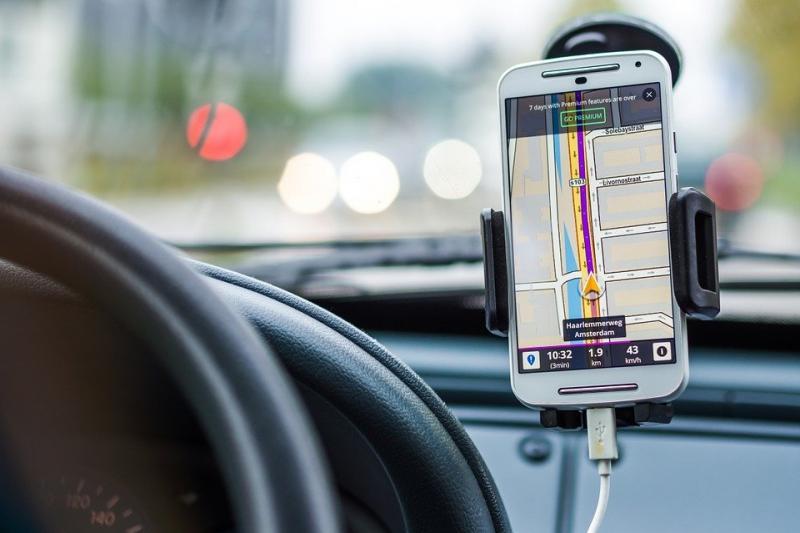 Well, duh! Appen achter het stuur met telefoon in houder is ook gevaarlijk