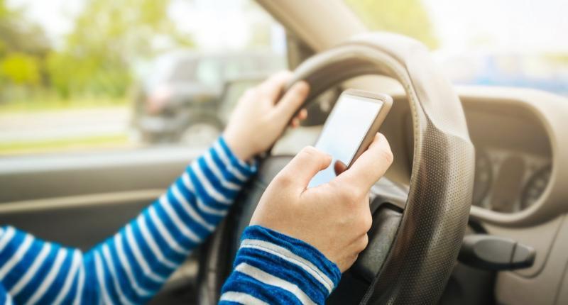 Foei! Jullie lezen massaal berichtjes op je telefoon tijdens het rijden