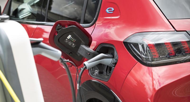 Onderzoek: thuis opladen van elektrische auto scheelt honderden euro's