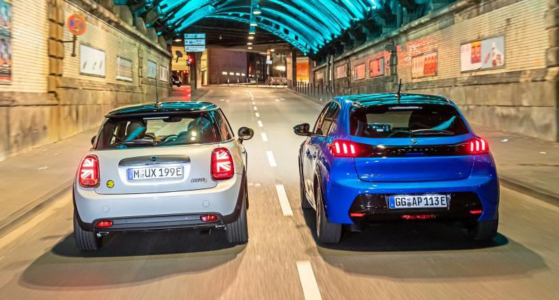 Test Mini Electric en Peugeot e-208: deze EV rijdt het lekkerst!