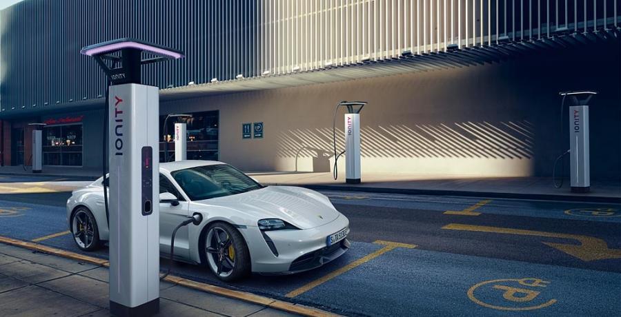 Porsche Taycan gaat en laadt nu nóg sneller