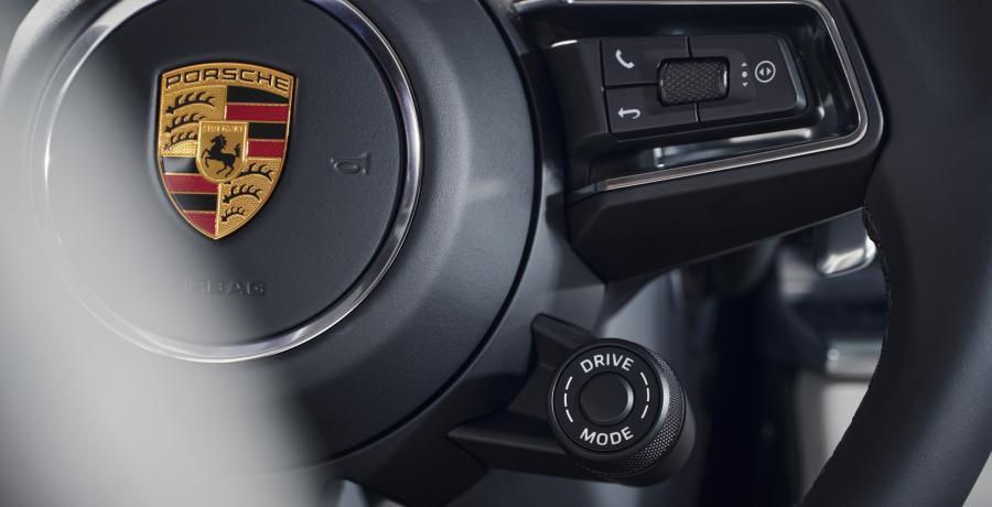 De Porsche Panamera Turbo S E-Hybrid heeft veel te veel vermogen