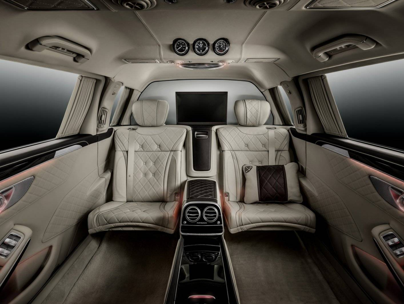 super de luxe parkeerprobleem mercedes maybach pullman autonieuws. Black Bedroom Furniture Sets. Home Design Ideas