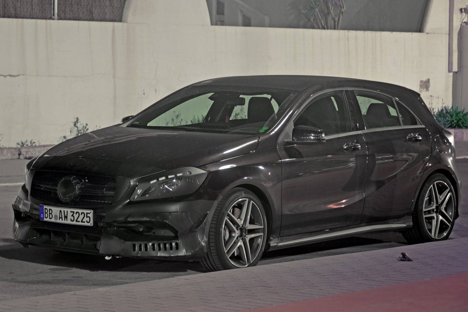 gefacelifte mercedes a 45 amg weer de sterkste spyshots. Black Bedroom Furniture Sets. Home Design Ideas