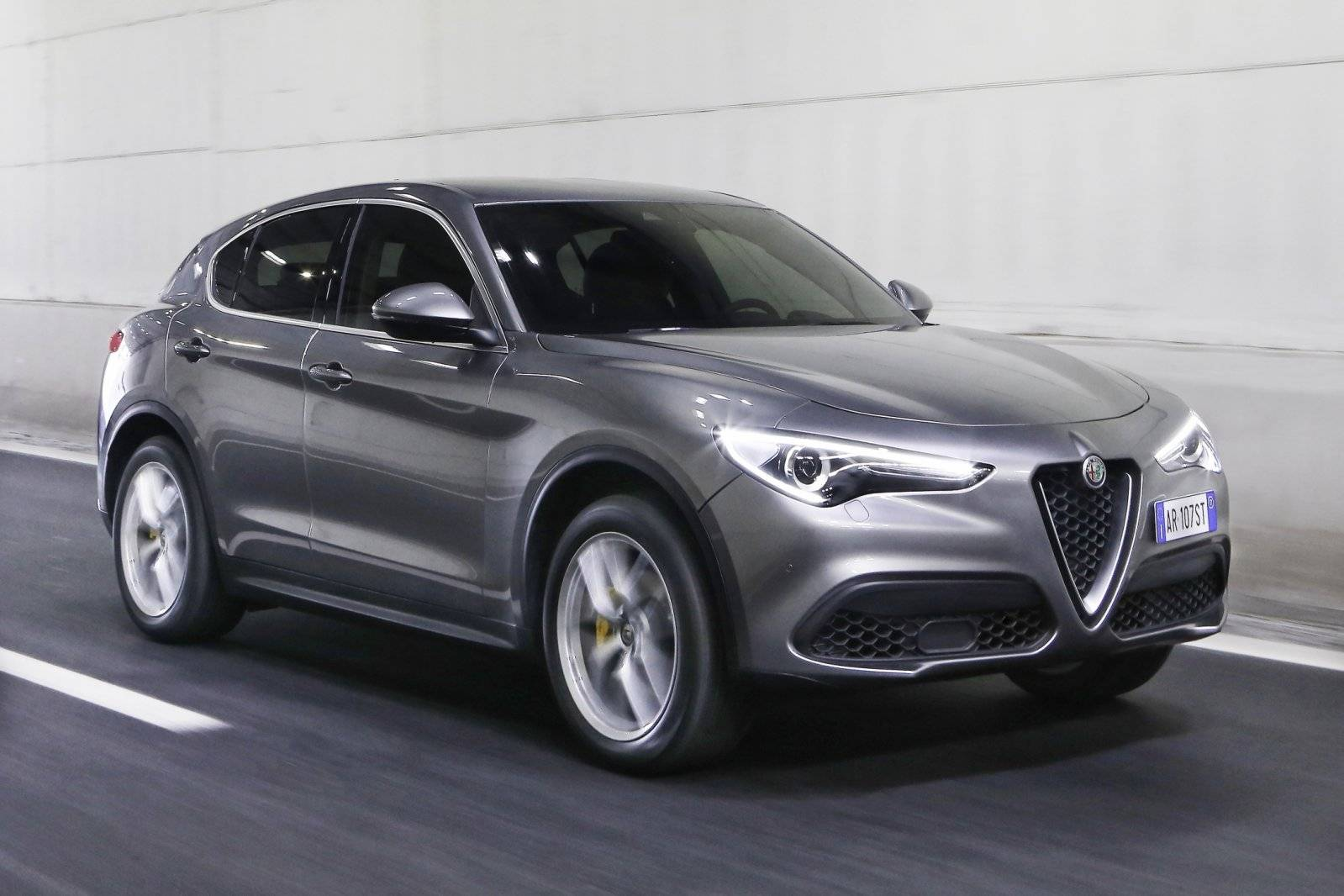 alfa romeo stelvio treedt verder in detail. Black Bedroom Furniture Sets. Home Design Ideas