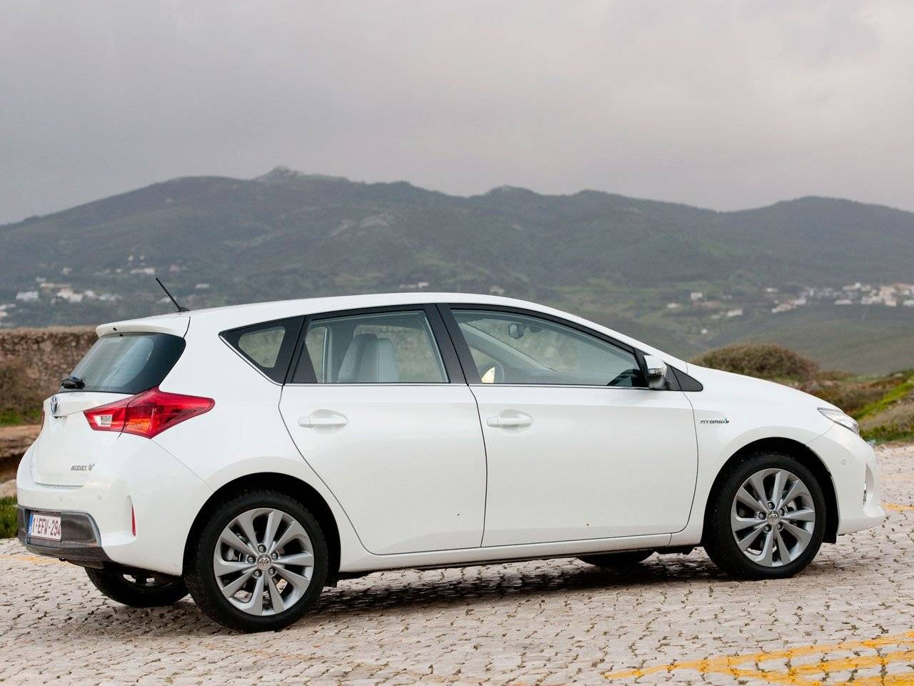 test toyota auris hybrid autotests. Black Bedroom Furniture Sets. Home Design Ideas