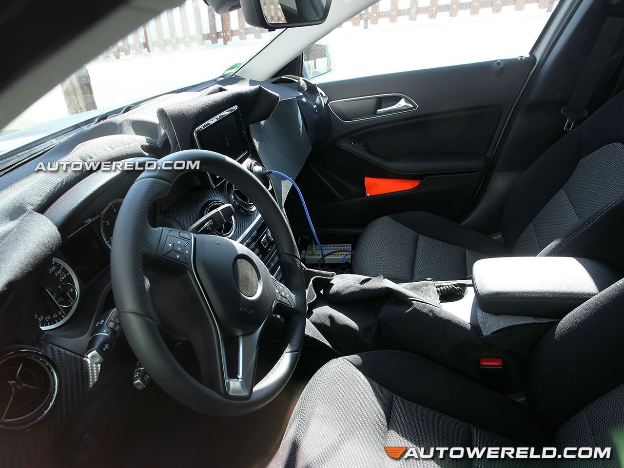 kijkje in interieur mercedes benz gla spyshots. Black Bedroom Furniture Sets. Home Design Ideas