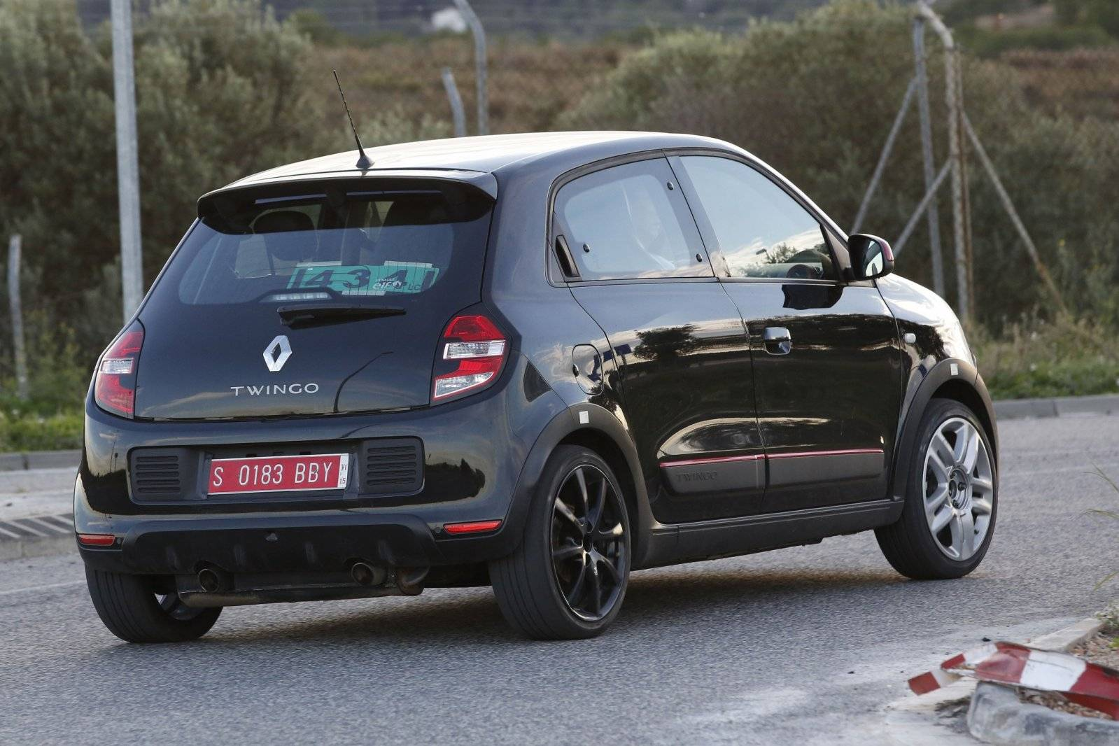 renault twingo rs strekt zijn benen spyshots. Black Bedroom Furniture Sets. Home Design Ideas